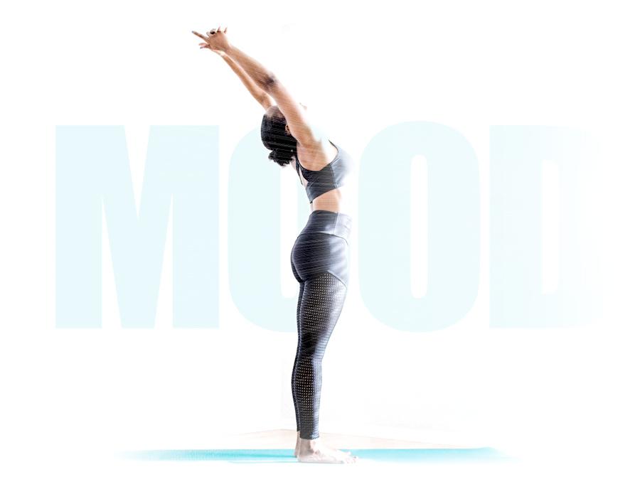 Ragazza che fa yoga nella luce